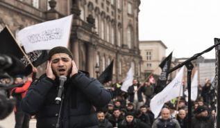 حزب التحرير/ اسكندينافيا يتم بنجاح صلاة الجمعة ووقفة الاحتجاج أمام البرلمان الدنماركي