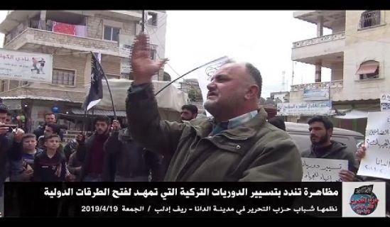 Wilaya Syrien: Demonstration in Dana um die türkische Patrouille zu denunzieren, welche die internationalen Straßen zu öffnen versucht!